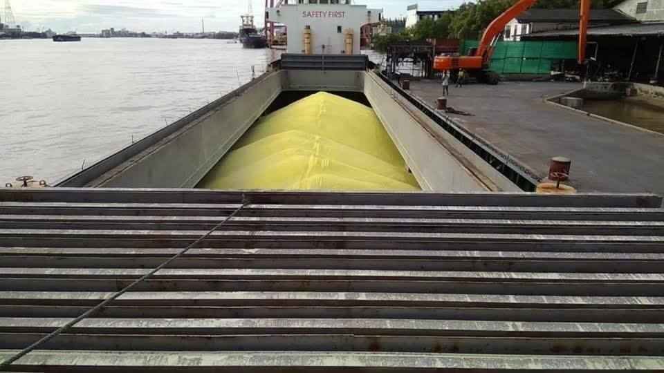 Discharges commodity pelletized sulphur in bulk by apply for long neck excavator and bucket big size workable large quan...