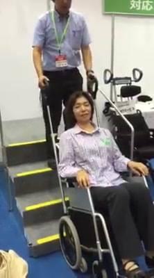国際福祉機器展第三弾!これは階段を介助者の負担がほとんど無く昇降できる車椅子です!介護保険適用だそうです。実際体験してみたところ、モーターの振動が気になりましたが、慣れたら恐怖感無く昇降できるかな・・・?といった感じでした。この車椅子を操作...